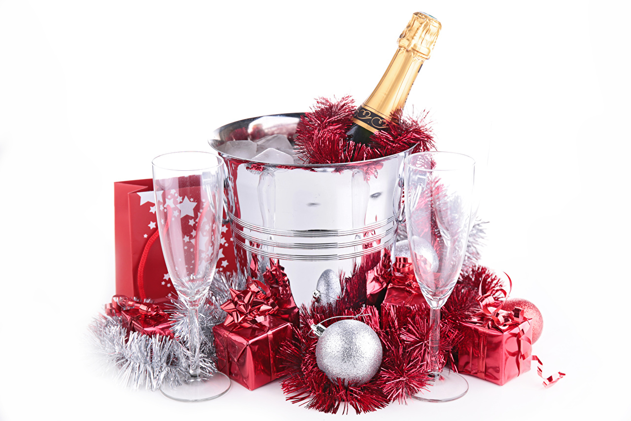 Картинки Новый год Шампанское подарок Еда Шар бокал Бутылка белом фоне Рождество Игристое вино Подарки подарков Пища Бокалы Шарики бутылки Продукты питания Белый фон белым фоном