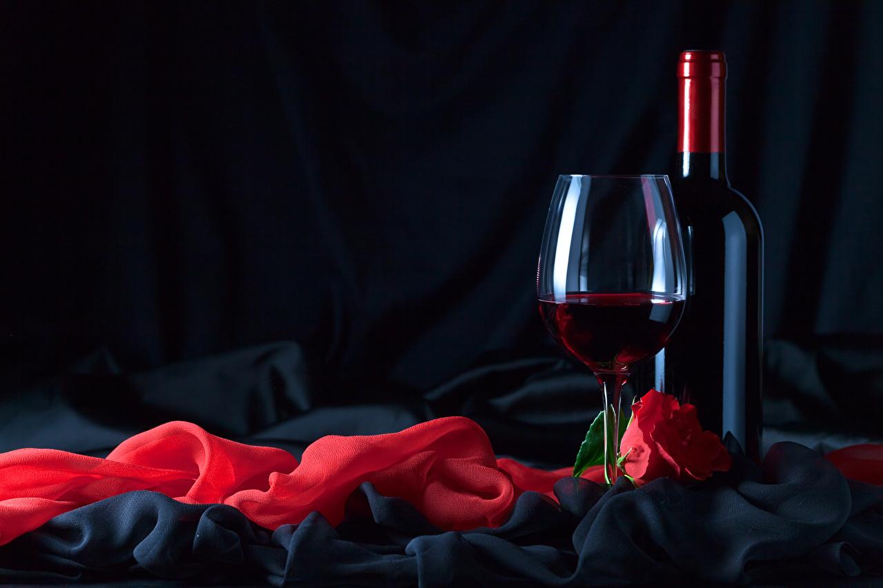Картинка Вино Розы красные Пища бокал бутылки Праздники Черный фон красных Красный красная Еда Бокалы Бутылка Продукты питания на черном фоне