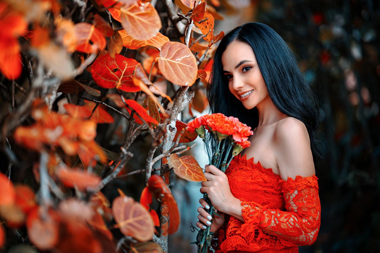 Фотографии Листья Брюнетка Улыбка боке Букеты молодые женщины лист Листва брюнетки брюнеток улыбается Размытый фон букет девушка Девушки молодая женщина