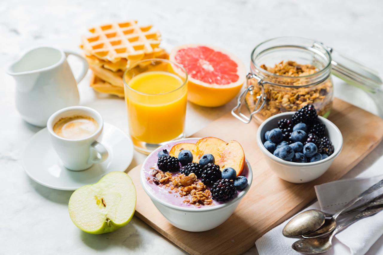 Картинки Сок Кофе Завтрак Яблоки стакане Ежевика Пища Чашка Мюсли Ягоды Стакан стакана Еда чашке Продукты питания