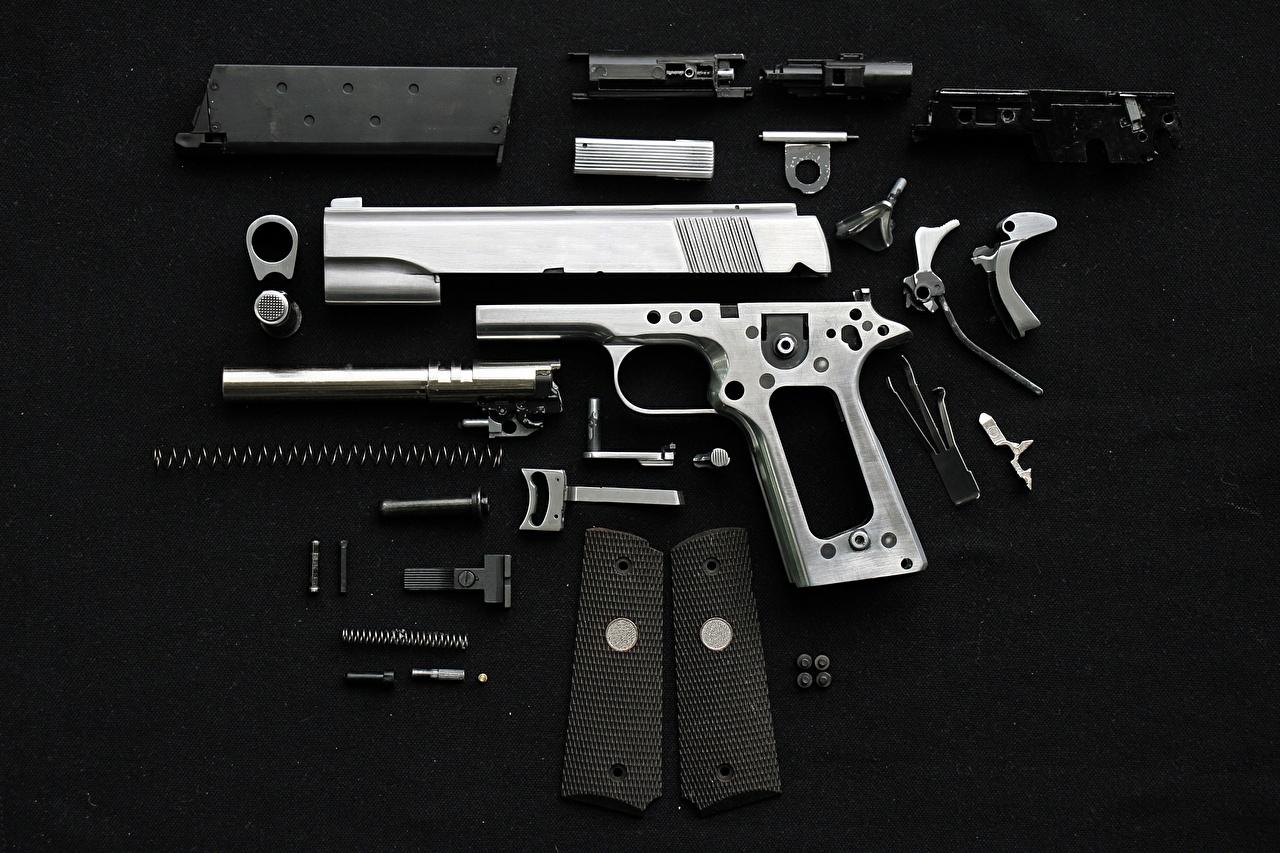 Фотография Пистолеты Патроны Черный фон Армия пистолет пистолетом Пули на черном фоне военные