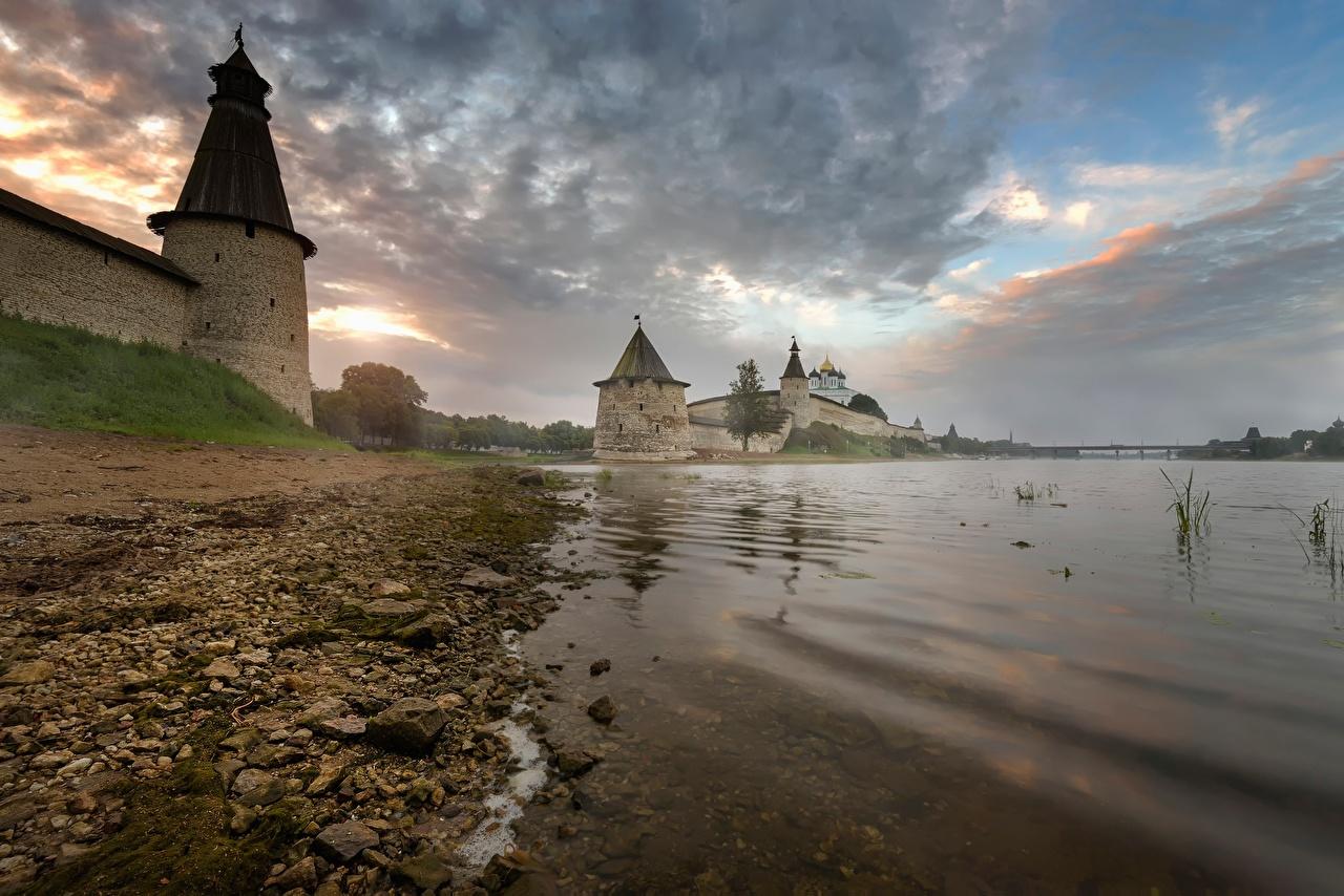 Обои Россия Крепость Башня Pskov, Pskov Kremlin, Trinity cathedral, Pskov region речка Камень Побережье Города Реки берег Камни