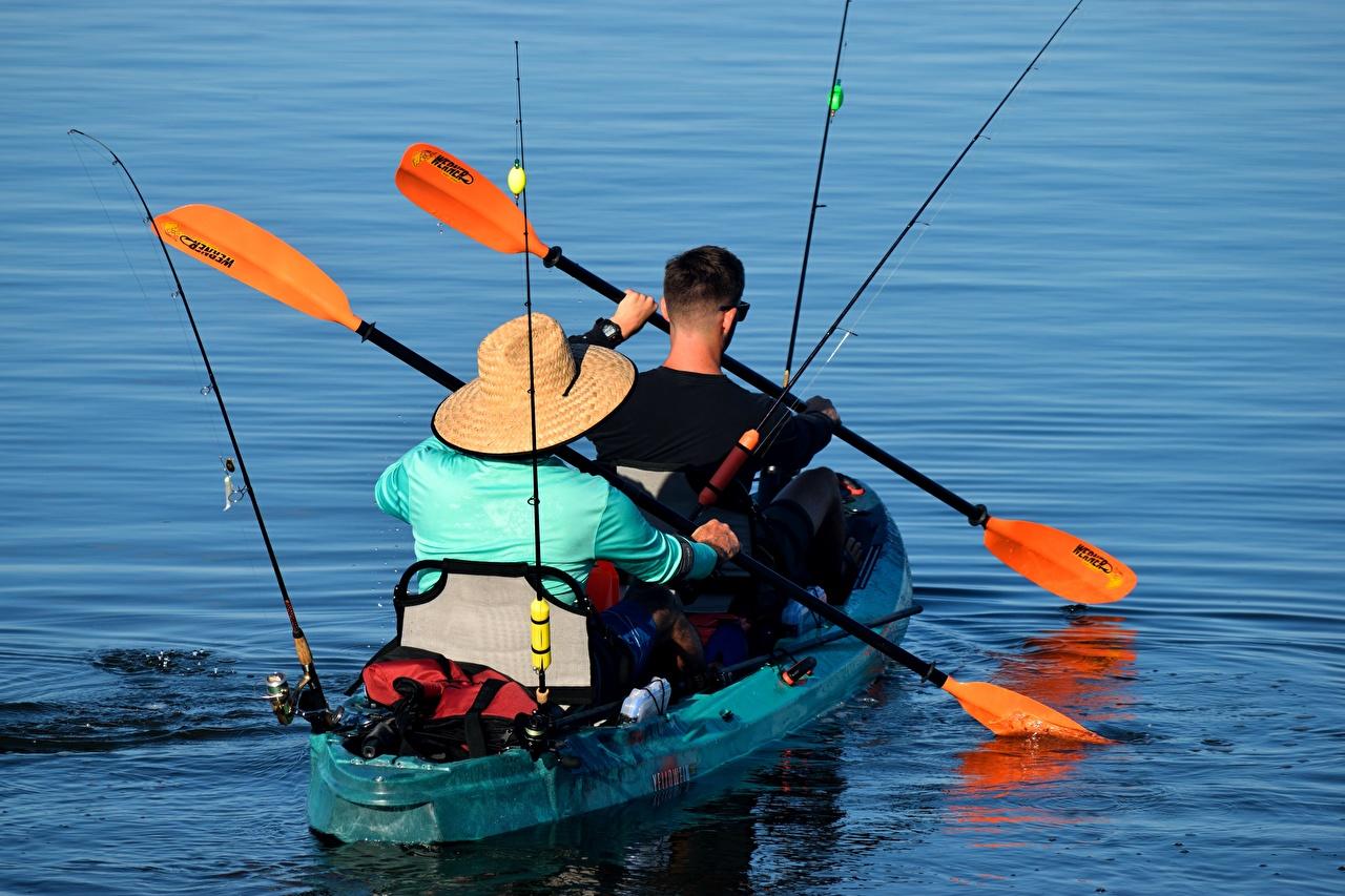 Картинки Плывет мужчина Canoe 2 шляпе ловля рыбы Лодки плывут плавает плавают плывущий плавающий Мужчины два две Двое шляпы Шляпа вдвоем Рыбалка