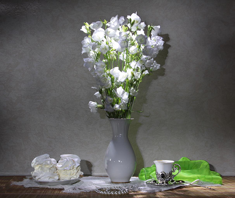 Обои для рабочего стола Белый цветок Колокольчики - Цветы Еда вазы чашке Пирожное Натюрморт белых белые белая Цветы вазе Ваза Пища Чашка Продукты питания