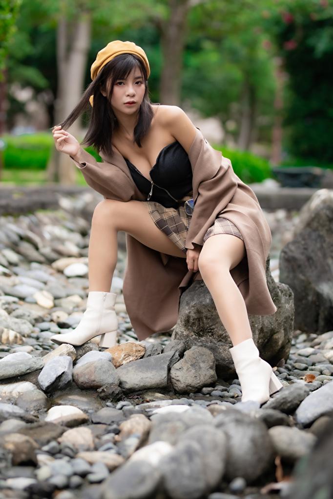 Фотография Размытый фон Берет молодые женщины ног азиатки Камни Сидит  для мобильного телефона боке девушка Девушки молодая женщина Ноги Азиаты азиатка сидя Камень сидящие