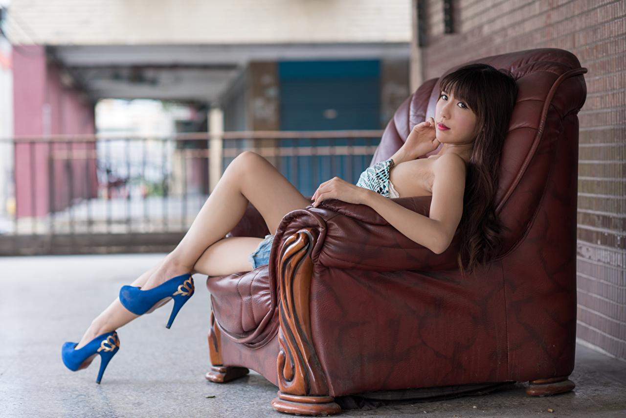 Фото Шатенка Размытый фон молодая женщина Ноги азиатка Руки Сидит Кресло Туфли шатенки боке девушка Девушки молодые женщины ног Азиаты азиатки рука сидя сидящие туфель туфлях
