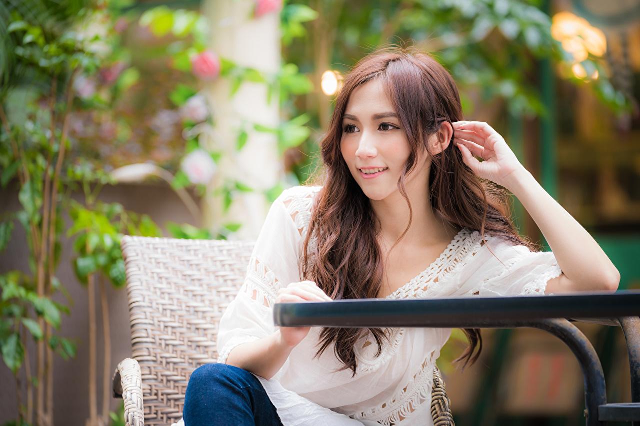 Картинки Шатенка боке Девушки азиатка рука сидящие шатенки Размытый фон девушка молодые женщины молодая женщина Азиаты азиатки Руки сидя Сидит