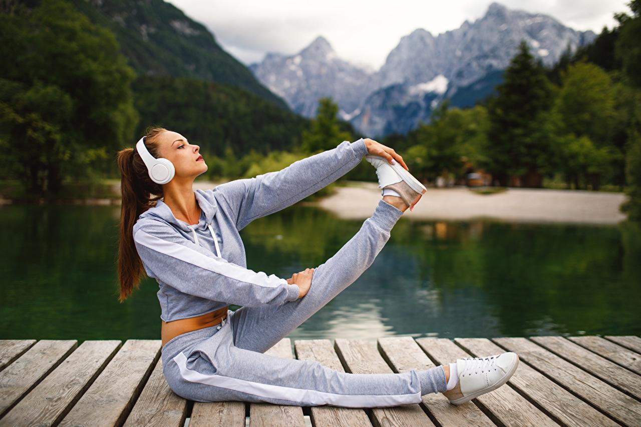 Фотография Шатенка в наушниках Тренировка Фитнес Спорт молодая женщина Ноги шатенки Наушники тренируется физическое упражнение Девушки девушка спортивный спортивные спортивная молодые женщины ног