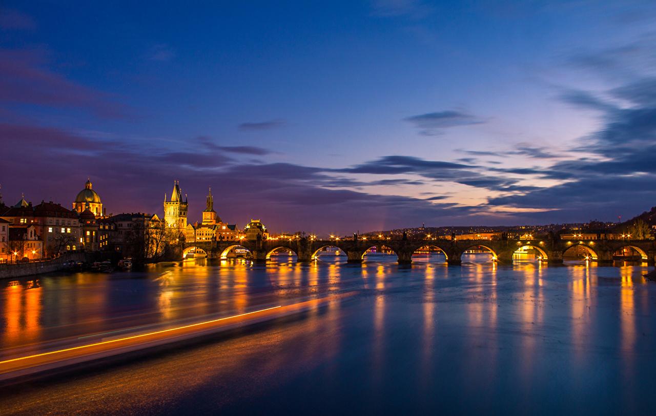 Картинка Прага Чехия Мосты Небо Ночь речка Дома Города Реки Ночные Здания
