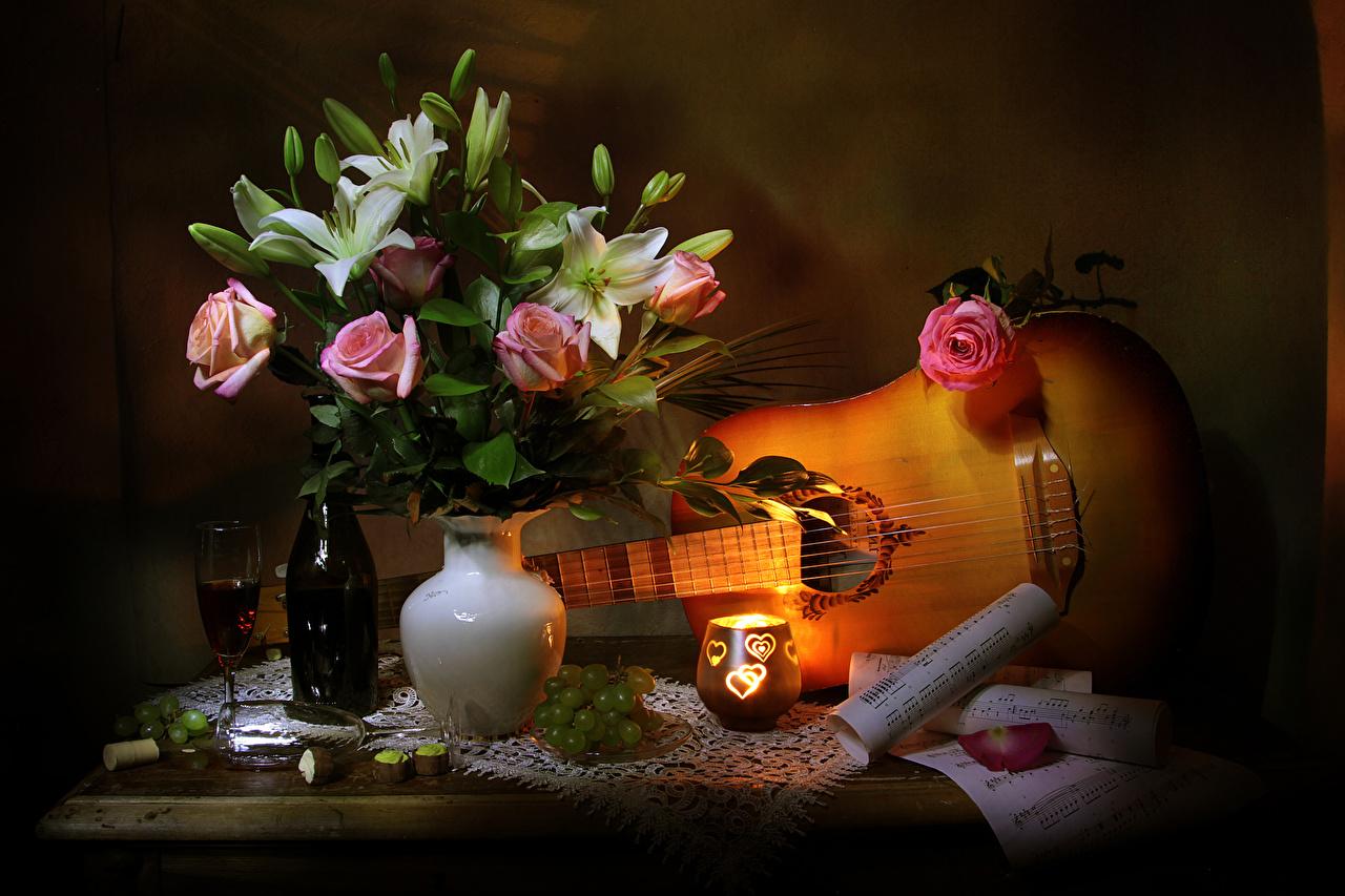 Картинка Ноты с гитарой роза Вино Лилии Цветы Виноград вазе Свечи Бокалы бутылки Натюрморт Гитара гитары Розы лилия цветок Ваза вазы бокал Бутылка