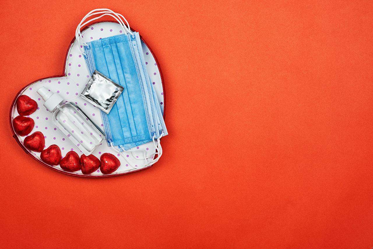 Обои для рабочего стола День всех влюблённых Коронавирус Сердце Конфеты Маски Бутылка Продукты питания красном фоне День святого Валентина серце сердца сердечко Еда Пища бутылки Красный фон