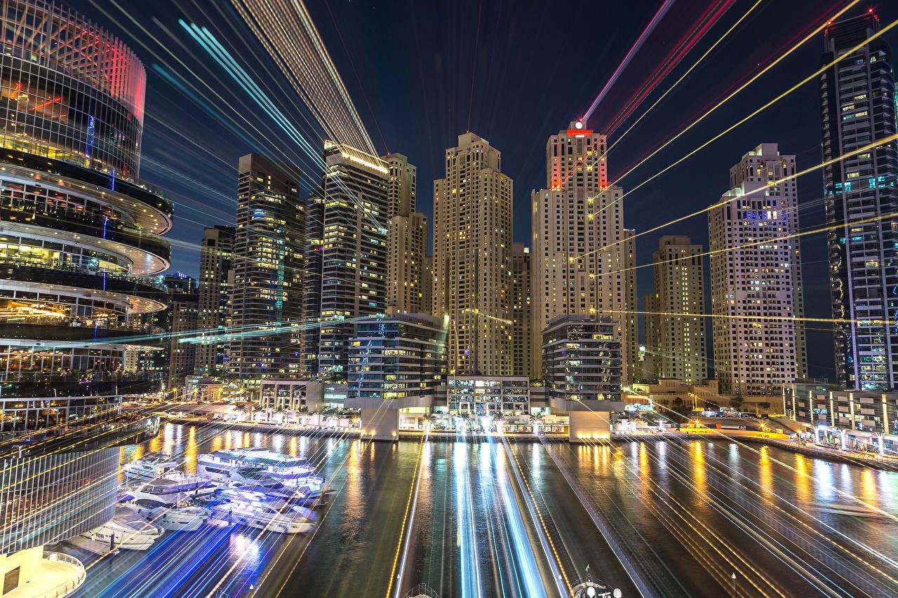 Картинки Лучи света Дубай ОАЭ в ночи Пристань Небоскребы город Здания Объединённые Арабские Эмираты Ночь Пирсы ночью Ночные Причалы Дома Города