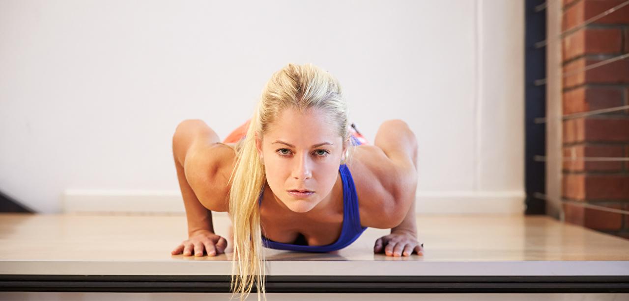 Фотография блондинки Отжимание Фитнес Спорт молодая женщина смотрит Блондинка блондинок отжимается отжимаются девушка Девушки спортивные спортивная спортивный молодые женщины Взгляд смотрят