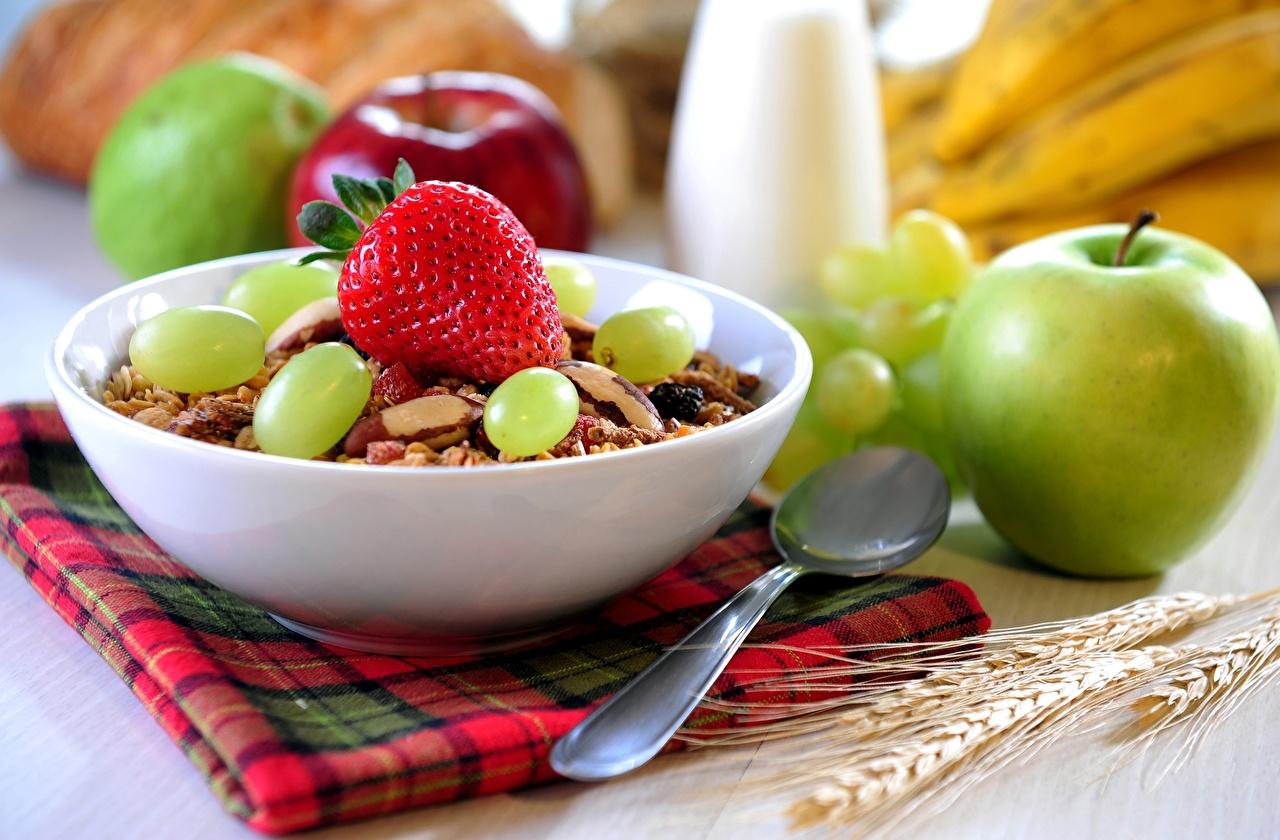 Обои для рабочего стола Завтрак Яблоки Виноград Клубника Еда ложки Мюсли Пища Ложка Продукты питания
