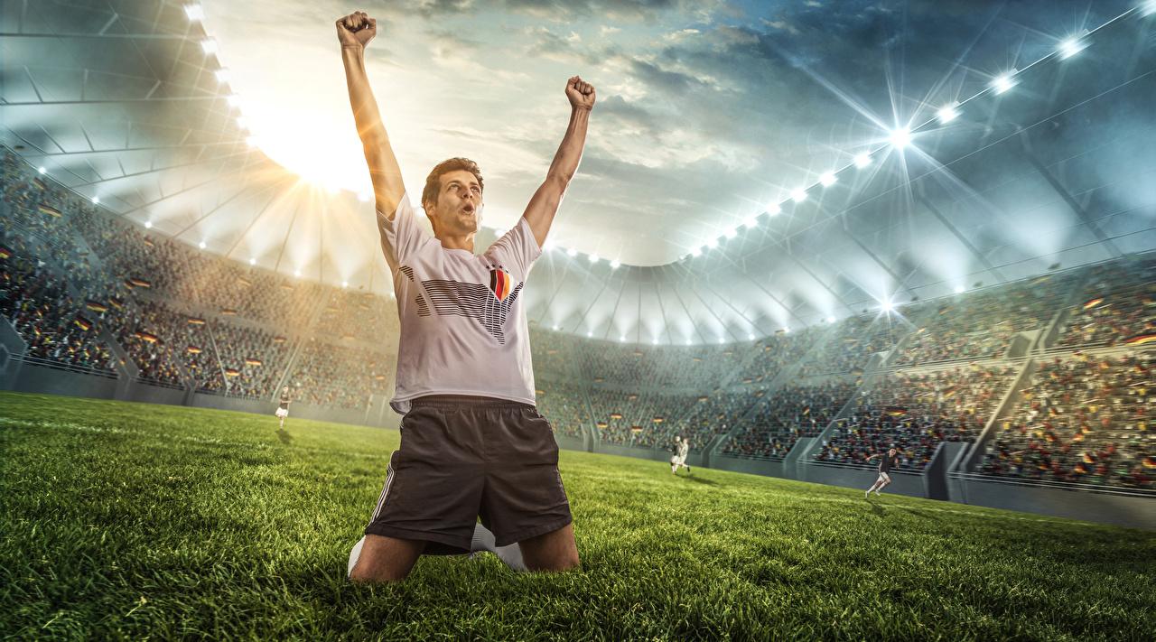 Фото Мужчины счастье Спорт Футбол Стадион рука Газон Радость счастливые Руки