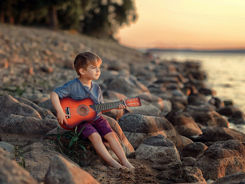 Фотография Мальчики Гитара Victoria Dubrovskaya Ребёнок Камень сидящие Дети Сидит Камни