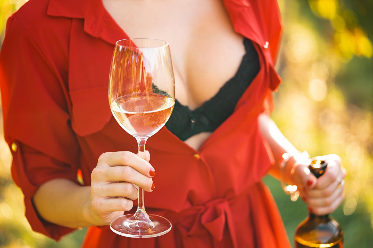 Обои для рабочего стола Декольте Вино молодые женщины рука Бокалы вырез на платье девушка Девушки молодая женщина Руки бокал