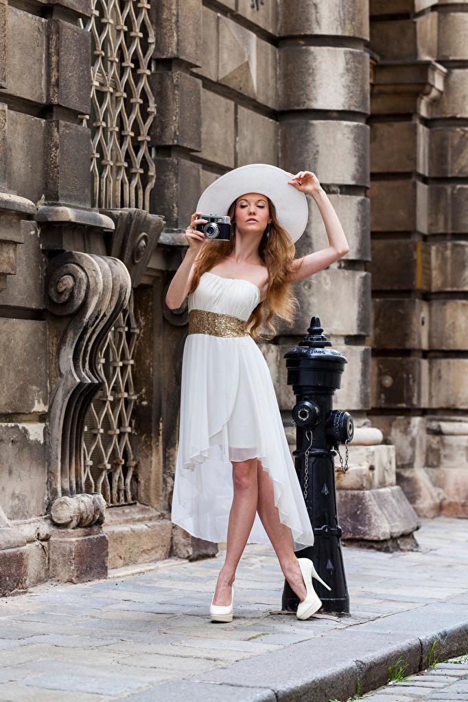 Фото Фотоаппарат Anastasia Поза Шляпа Девушки смотрит платья  для мобильного телефона фотокамера позирует шляпы шляпе девушка молодая женщина молодые женщины Взгляд смотрят Платье