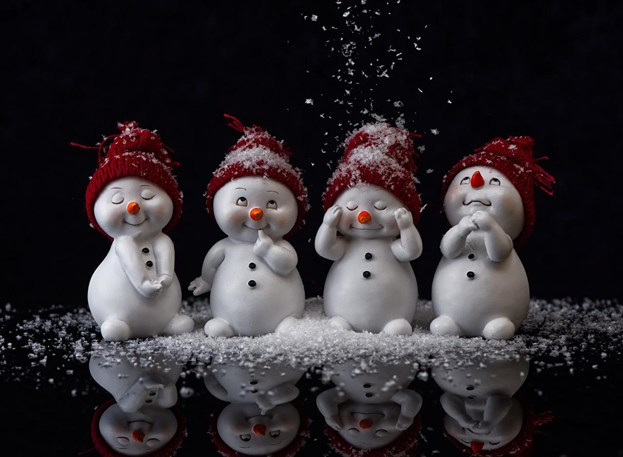 Фотография Шапки Снег Отражение Снеговики Черный фон шапка в шапке снеге снегу снега снеговик снеговика отражении отражается на черном фоне
