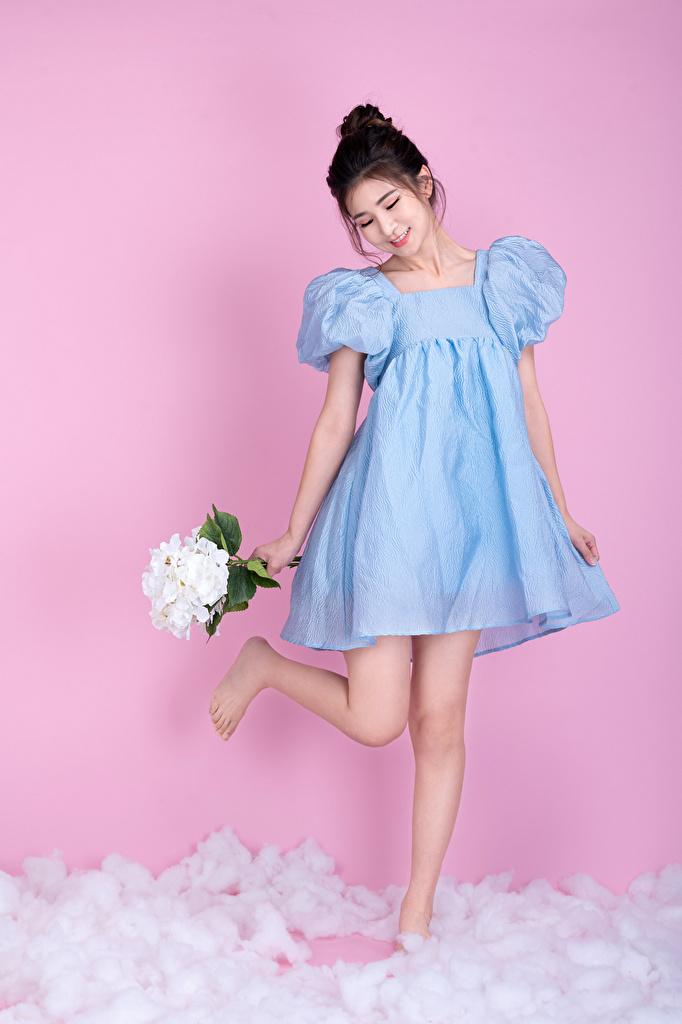 Фотографии Улыбка Букеты девушка азиатка Платье Цветной фон  для мобильного телефона улыбается букет Девушки молодая женщина молодые женщины Азиаты азиатки платья