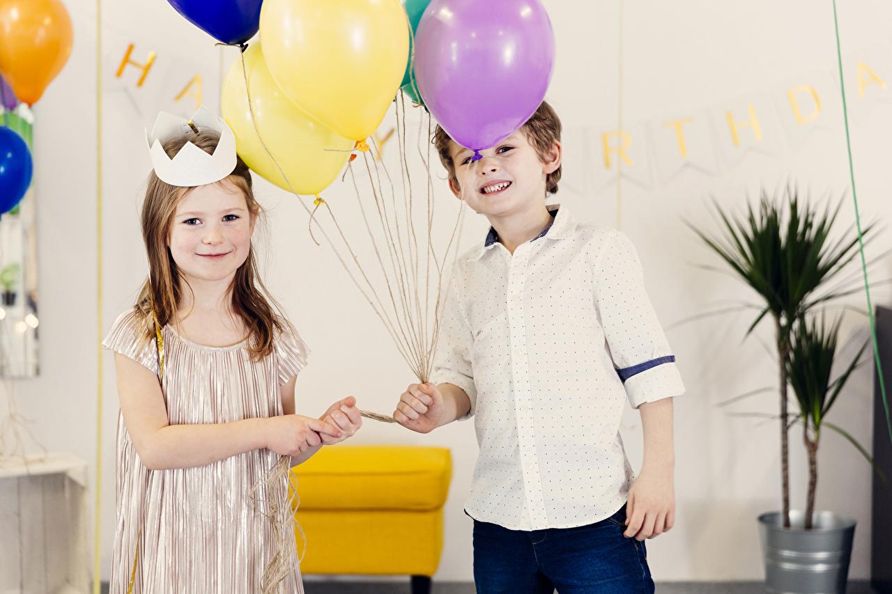 Картинки Девочки Мальчики Воздушный шарик Дети вдвоем Праздники Ребёнок 2 Двое