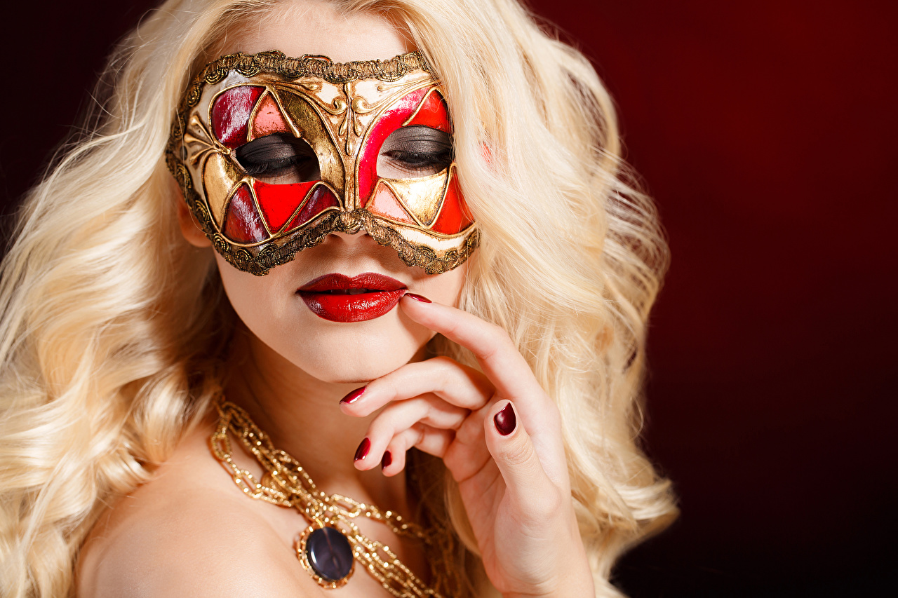 Фотографии блондинки маникюра лица девушка Маски Пальцы Красные губы Цветной фон блондинок Блондинка Маникюр Лицо Девушки молодые женщины молодая женщина красными губами