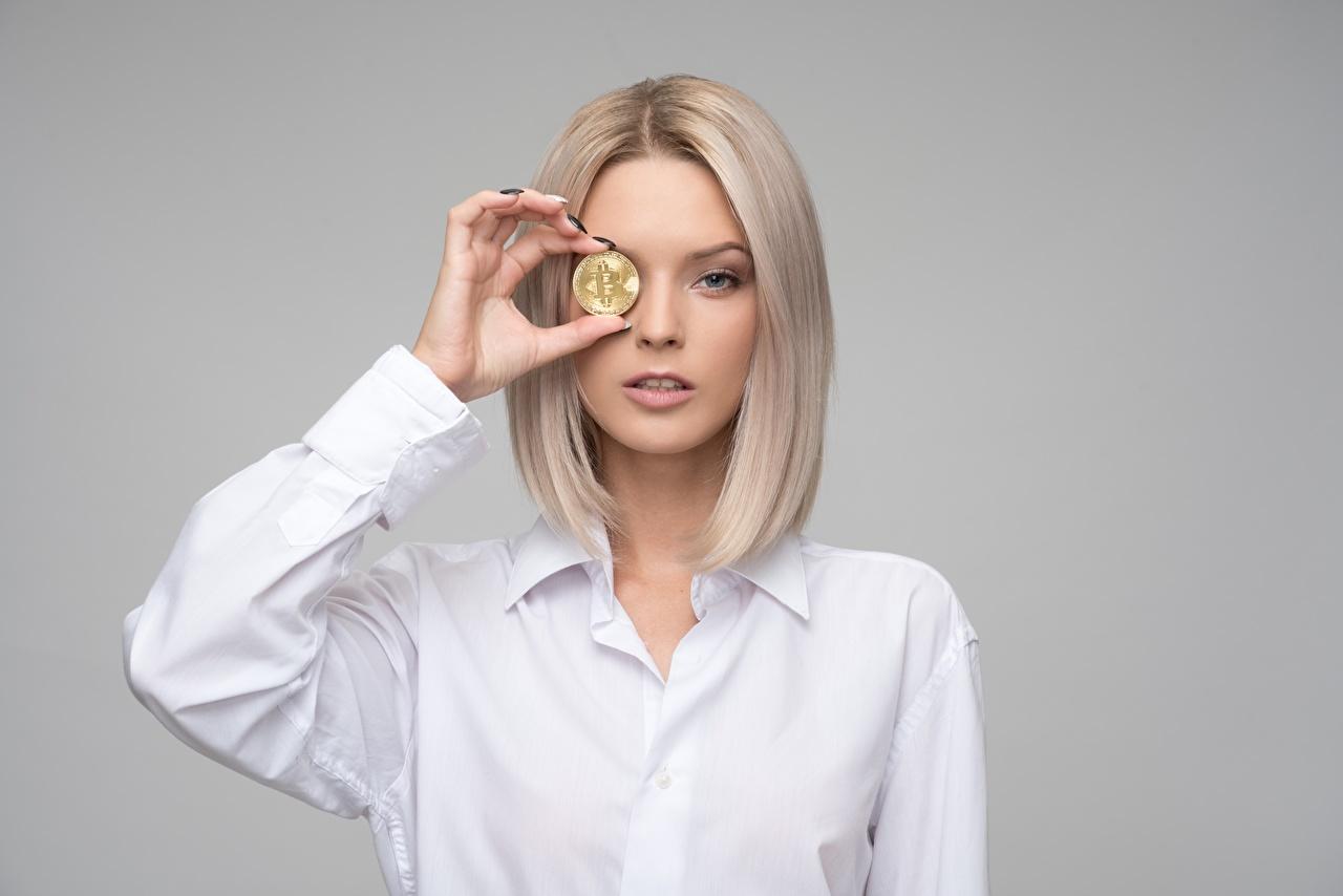 Картинки Bitcoin Блондинка молодые женщины рука Деньги смотрят сером фоне Биткоин блондинки блондинок девушка Девушки молодая женщина Руки Взгляд смотрит Серый фон