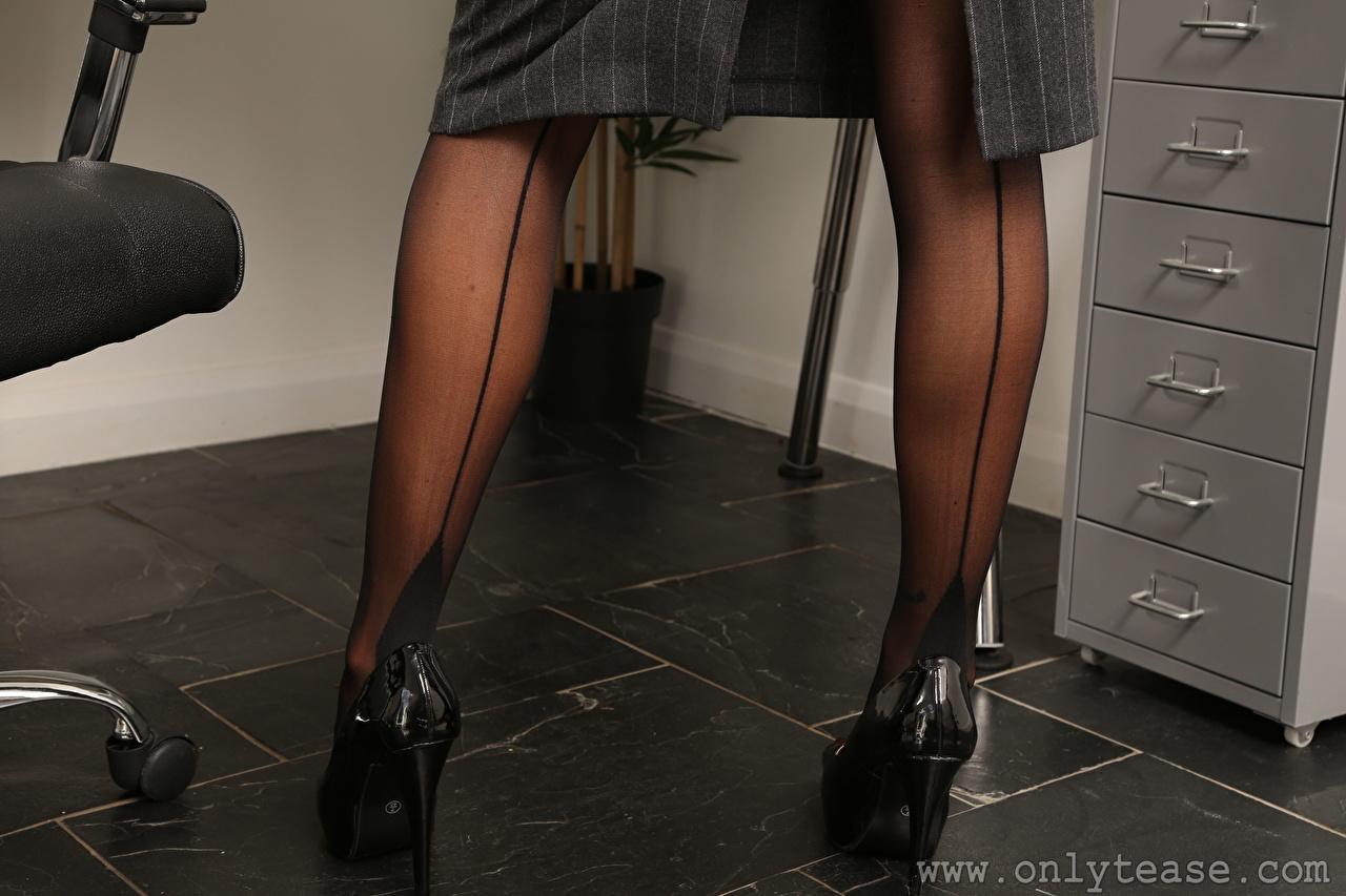 Фото колготках молодая женщина ног вблизи туфель колготок Колготки девушка Девушки молодые женщины Ноги Крупным планом Туфли туфлях