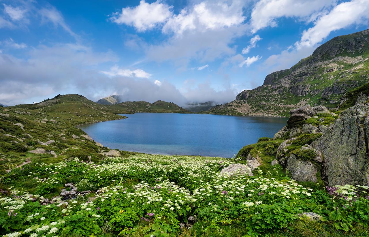 Обои для рабочего стола Франция Etang De Fontargentes, Pyrenees Горы Скала Природа Озеро Камень Облака гора Утес скале скалы Камни облако облачно