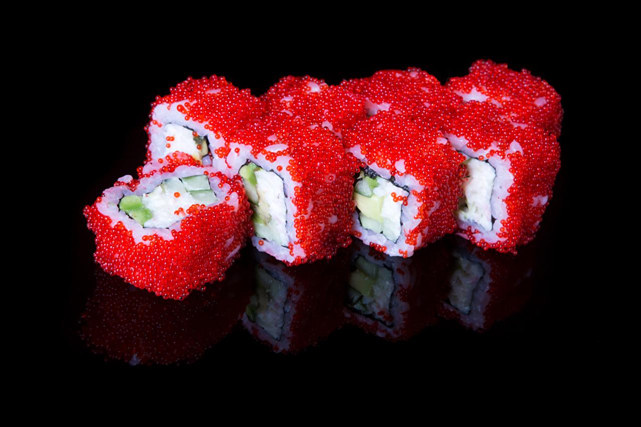 Фотографии Икра Суши Еда Морепродукты на черном фоне суси Пища Продукты питания Черный фон