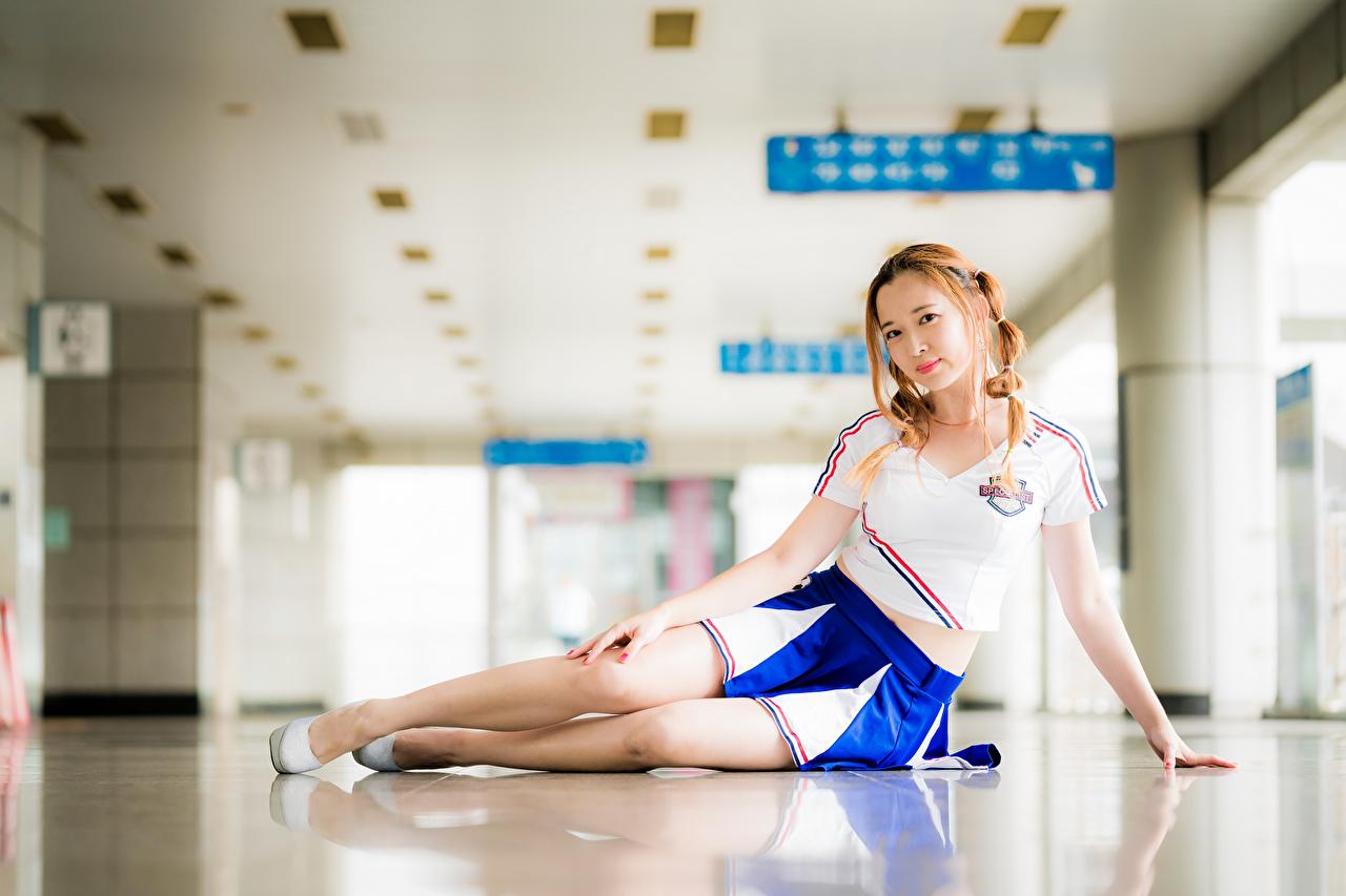 Обои для рабочего стола юбке косички Размытый фон Поза девушка Футболка Ноги азиатки смотрит Юбка юбки косы Коса боке позирует Девушки футболке молодые женщины молодая женщина ног Азиаты азиатка Взгляд смотрят