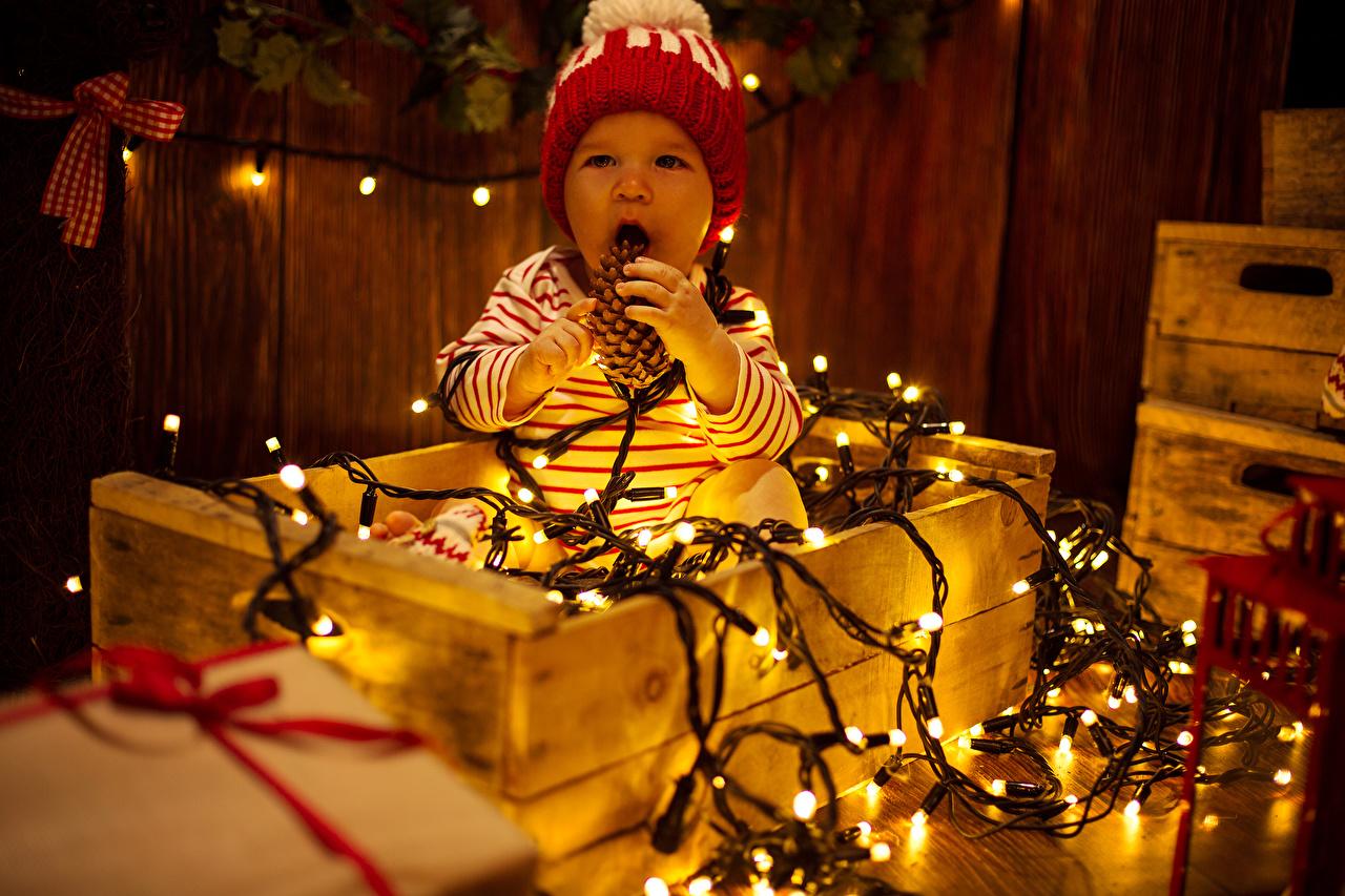 Обои для рабочего стола грудной ребёнок Дети в шапке Гирлянда младенца младенец Младенцы ребёнок Шапки шапка Электрическая гирлянда