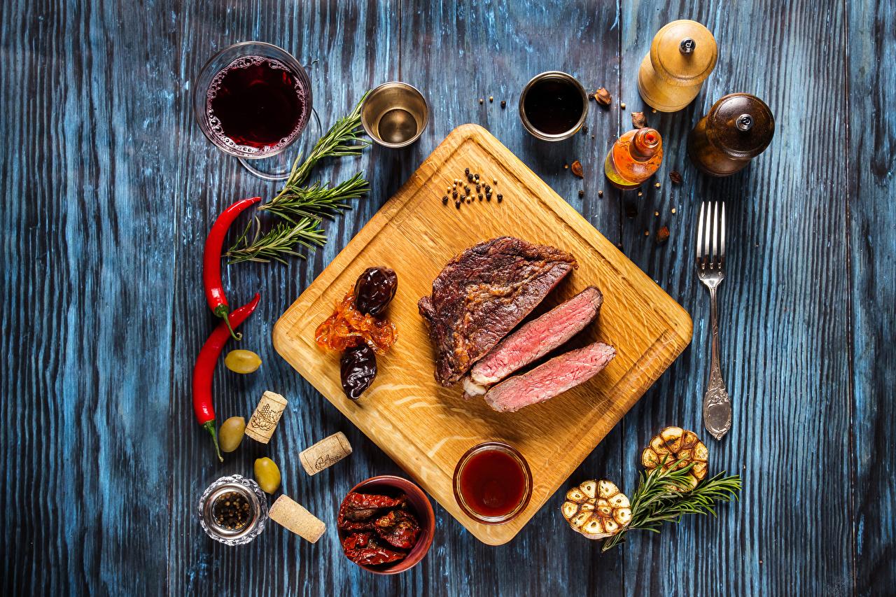 Фото Вино Оливки Еда Специи Разделочная доска Мясные продукты Пища приправы пряности Продукты питания разделочной доске