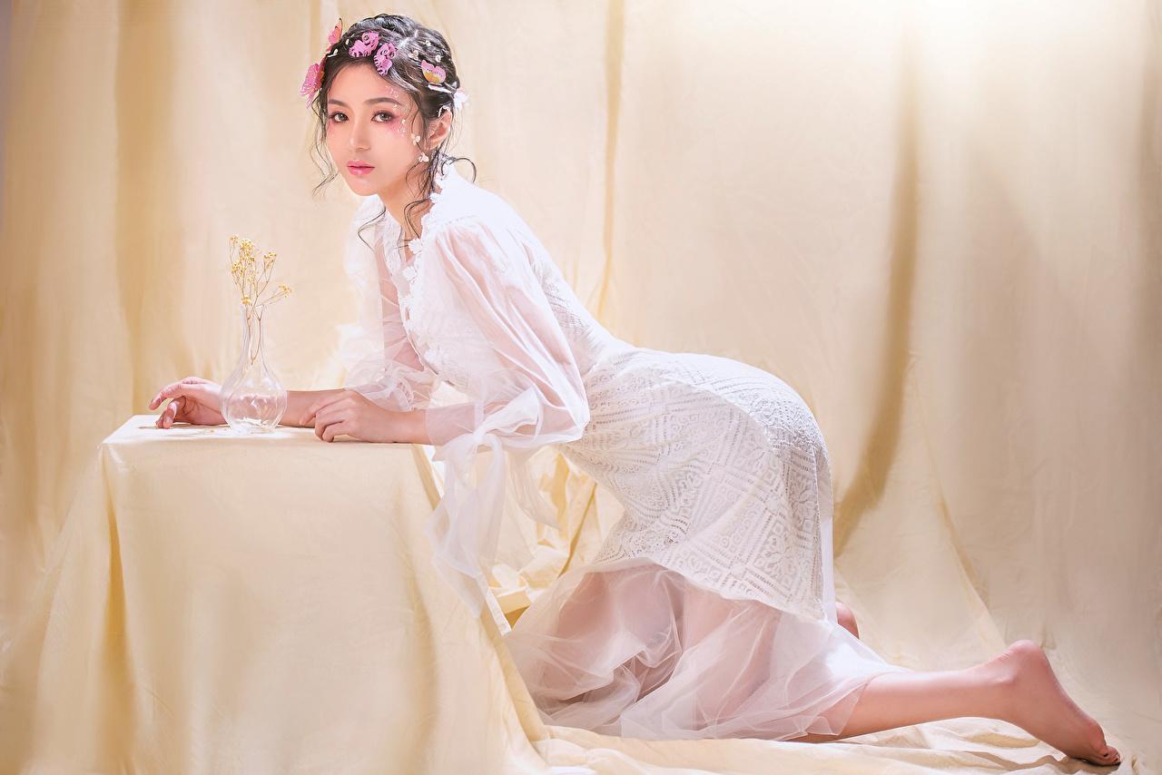 Картинка Макияж позирует девушка азиатки Взгляд Платье мейкап косметика на лице Поза Девушки молодая женщина молодые женщины Азиаты азиатка смотрит смотрят платья