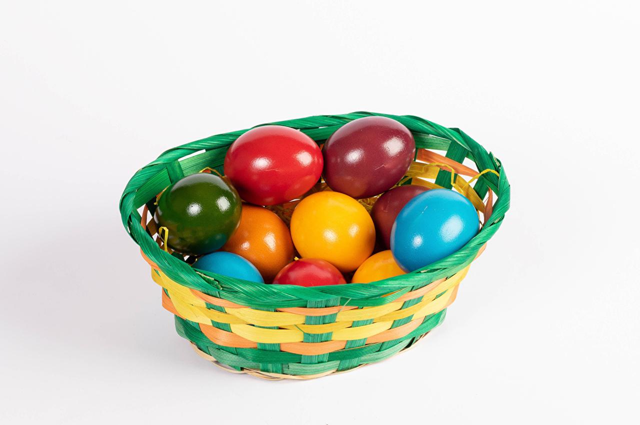Фотография Пасха Разноцветные яйцами Корзинка Еда белым фоном яиц яйцо Яйца Корзина корзины Пища Продукты питания Белый фон белом фоне