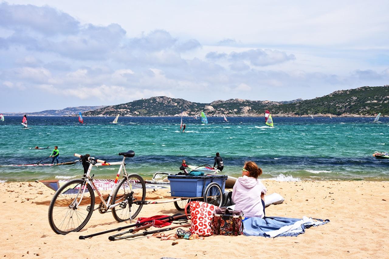 Фотография Шатенка Windsurfing пляжи велосипеды Море Серфинг Природа молодые женщины песка Очки Сидит шатенки Пляж пляжа пляже Велосипед велосипеде девушка Девушки молодая женщина Песок песке сидя очков очках сидящие