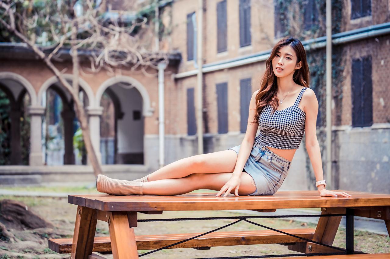 Фотографии юбки Девушки Ноги Майка азиатки сидящие Взгляд Юбка юбке девушка молодая женщина молодые женщины ног майки майке Азиаты азиатка сидя Сидит смотрит смотрят