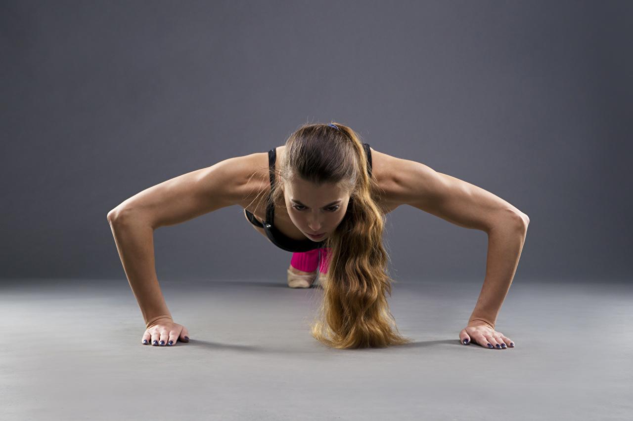 Обои для рабочего стола шатенки Отжимание Тренировка Фитнес спортивная молодая женщина рука Шатенка отжимается отжимаются тренируется физическое упражнение Спорт девушка Девушки спортивные спортивный молодые женщины Руки