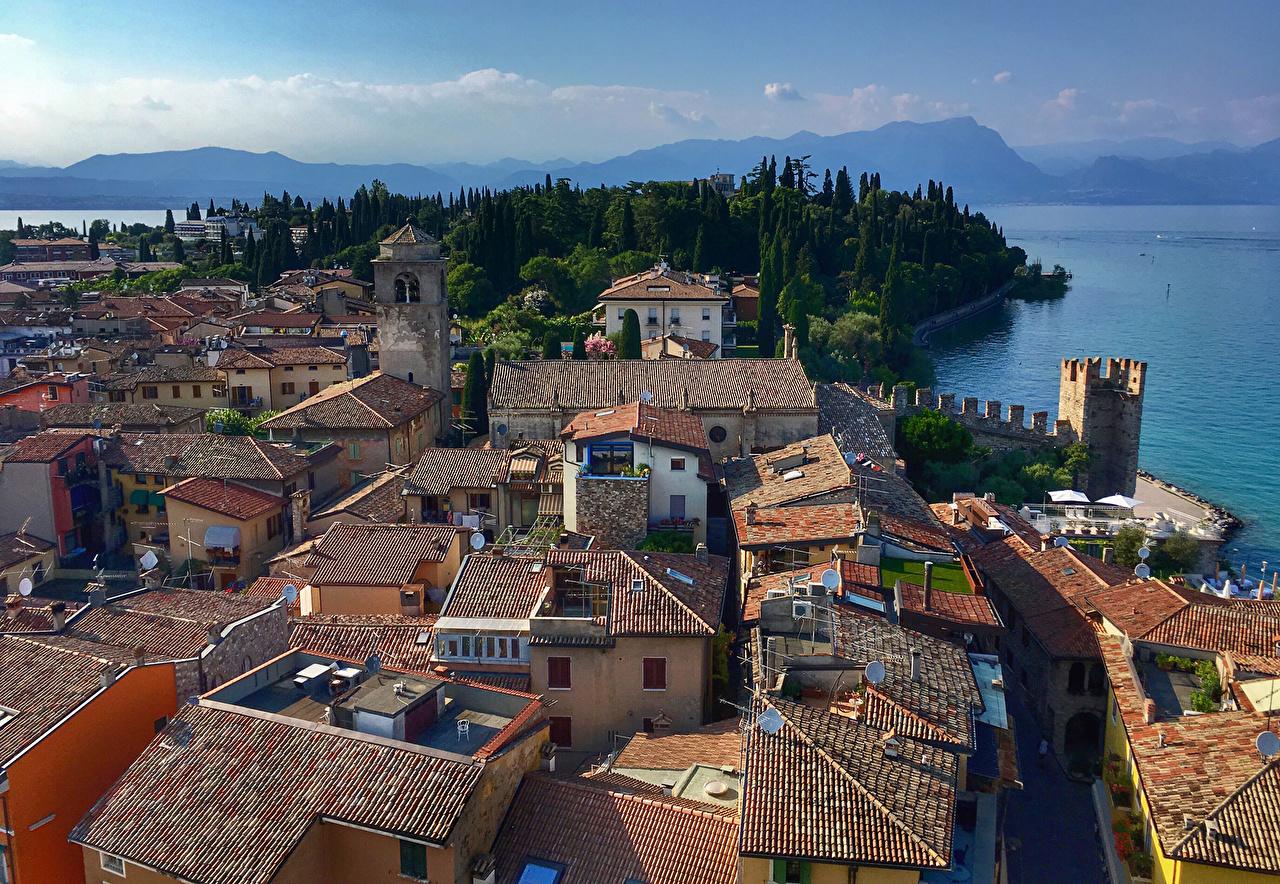 Картинка Италия Sirmione Крыша берег Дома Города крыше краши Побережье Здания