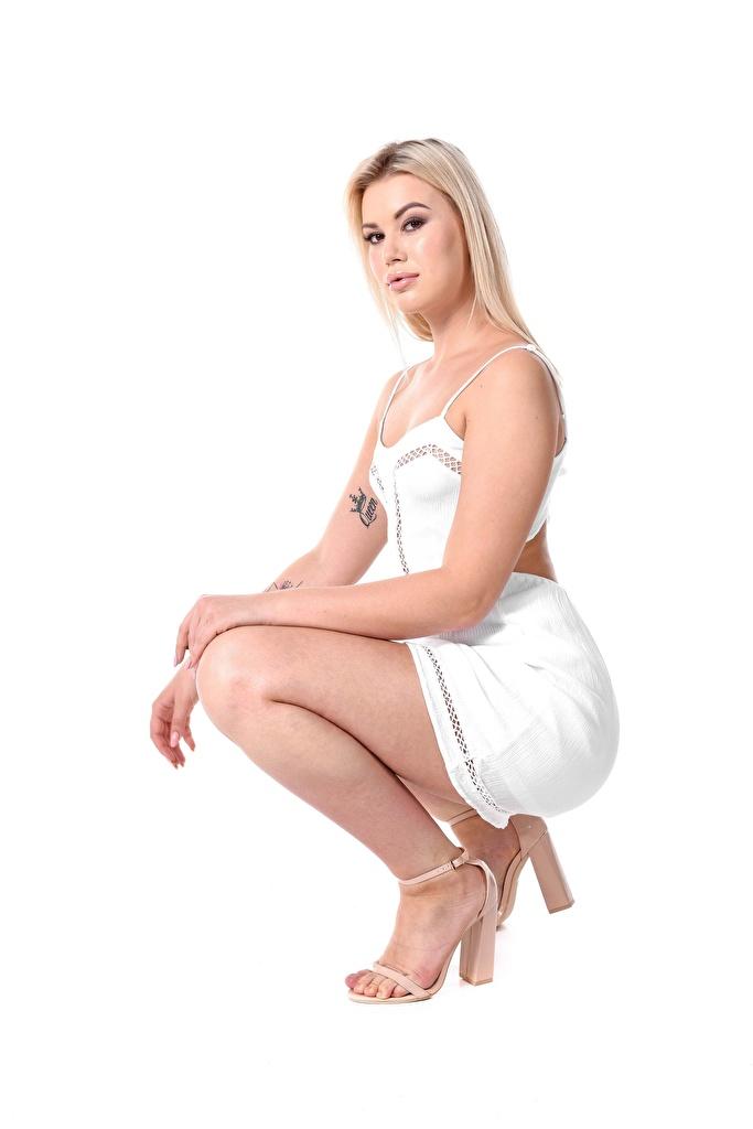Фотография Sandra Blonde Frost Блондинка Девушки ног Сбоку белым фоном Платье туфлях  для мобильного телефона блондинки блондинок девушка молодая женщина молодые женщины Ноги Белый фон белом фоне платья Туфли туфель