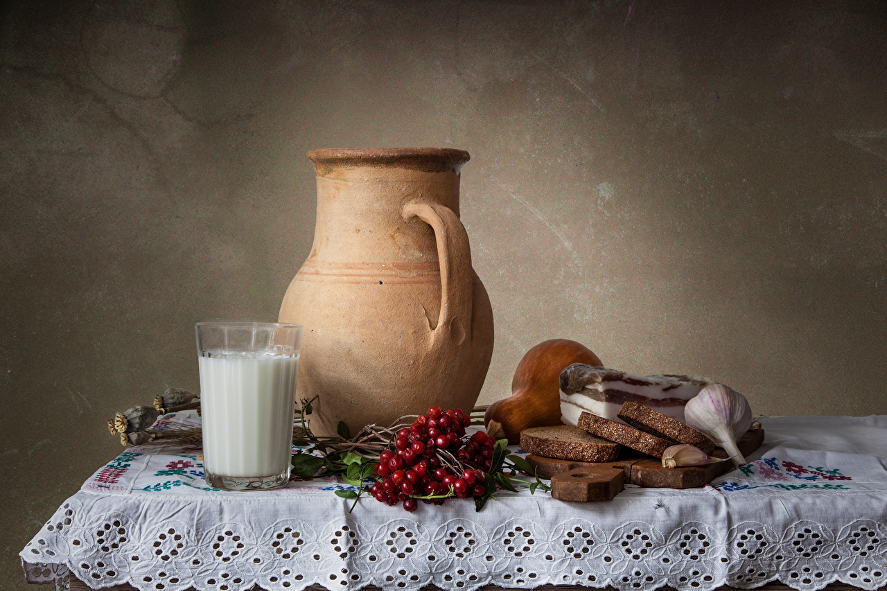 Фотография Молоко Сало Рябина Хлеб Стакан Чеснок Кувшин Стол Продукты питания Натюрморт Еда Пища