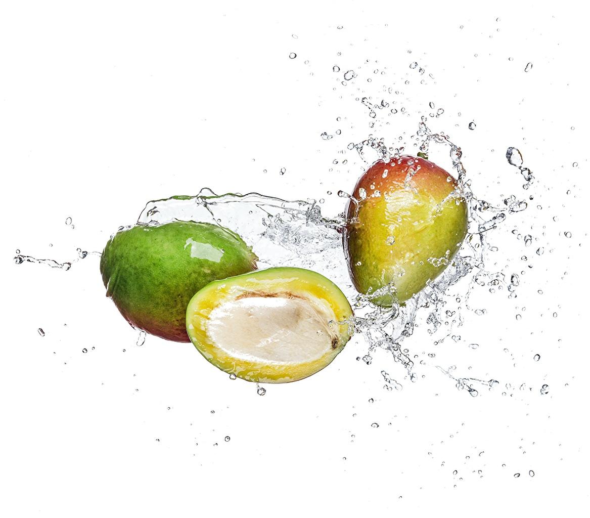 Обои для рабочего стола Манго с брызгами Пища Вода Белый фон Брызги Еда воде Продукты питания белом фоне белым фоном