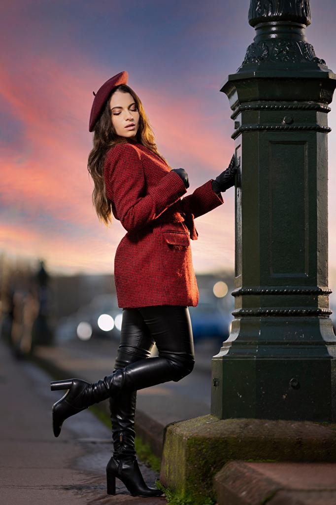 Картинки Перчатки Сапоги Ambre Поза Берет Пальто девушка  для мобильного телефона перчатках сапог сапогов сапогах позирует Девушки молодая женщина молодые женщины