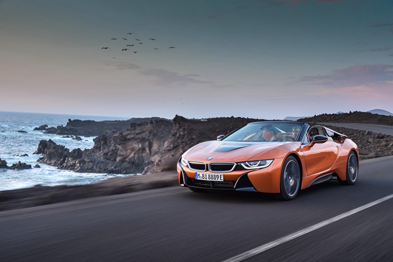 Фото BMW 2018 i8 Родстер оранжевая едущий авто БМВ оранжевых оранжевые Оранжевый едет едущая скорость Движение машина машины автомобиль Автомобили