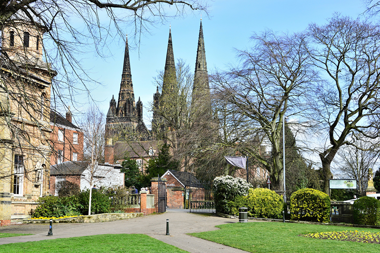 Фото Собор Англия Lichfield Cathedral Ворота Храмы город дерева храм Города дерево Деревья деревьев