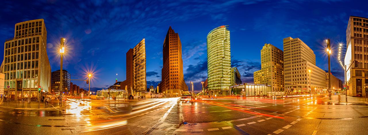 Фотографии Лучи света Берлин Германия панорамная Улица Ночные Уличные фонари Дома город Панорама улиц улице Ночь ночью в ночи Здания Города