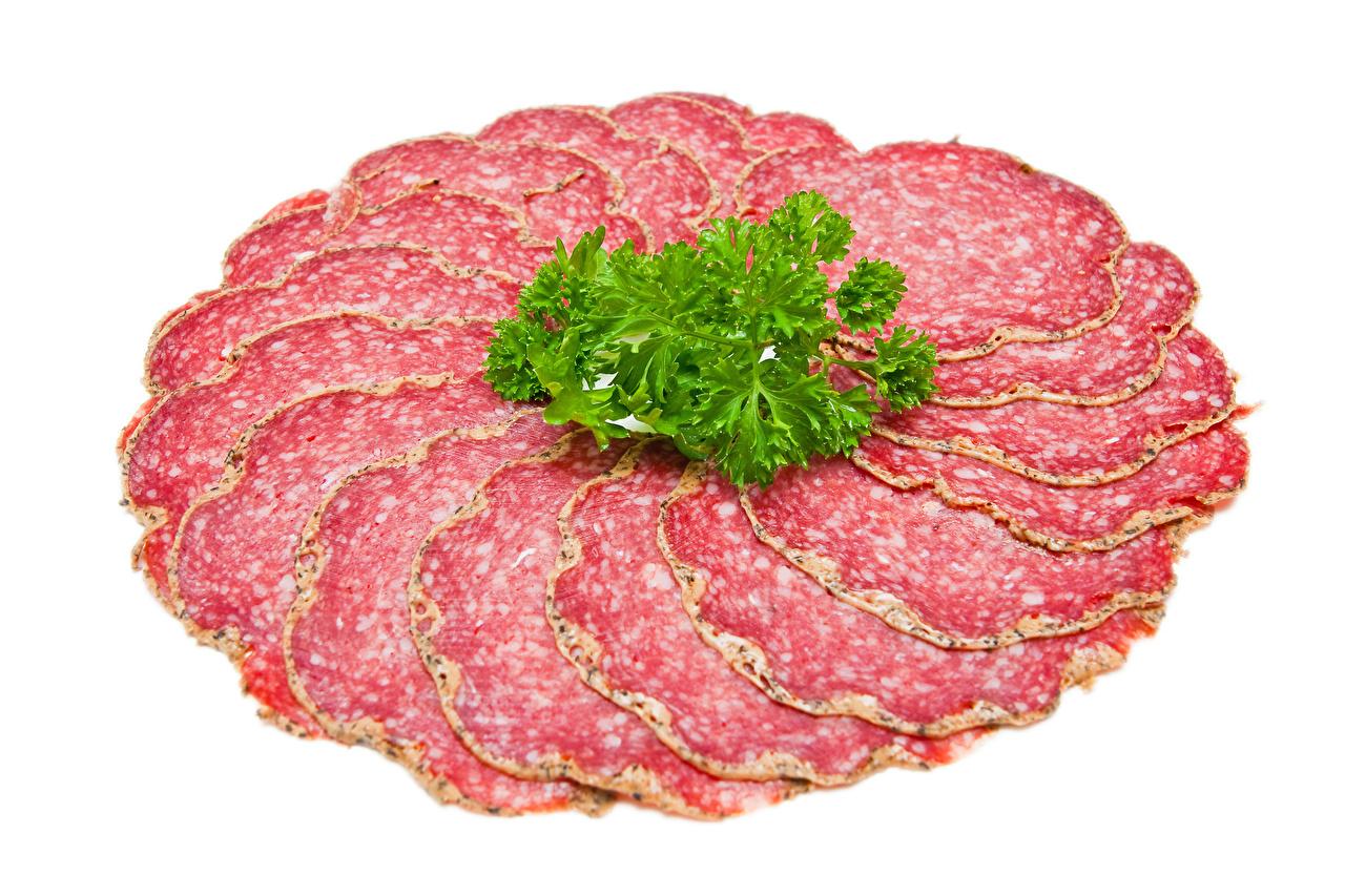 Картинка Колбаса Пища Овощи Нарезанные продукты Белый фон Еда нарезка Продукты питания