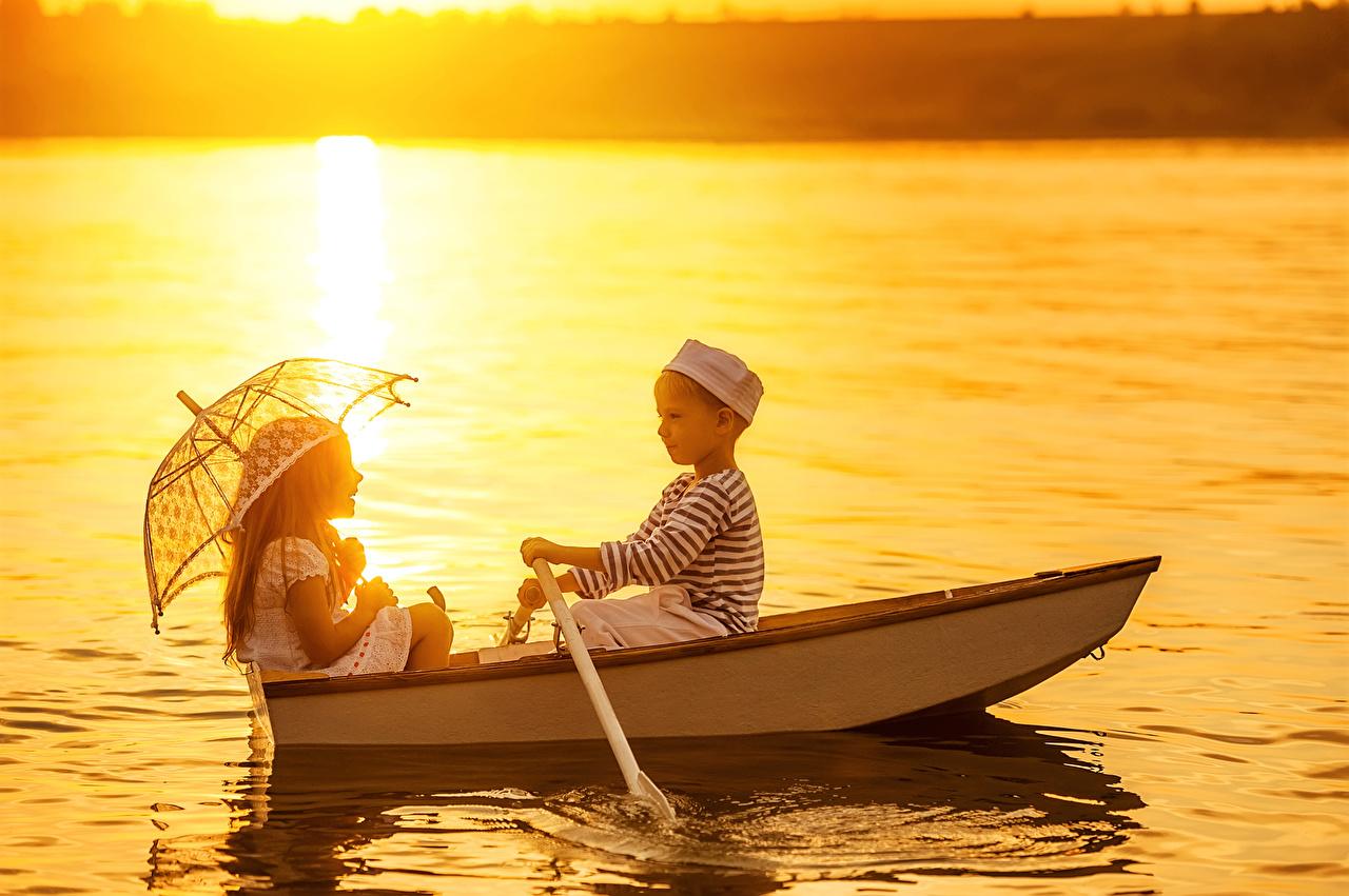 Картинка Девочки Мальчики Ребёнок 2 Зонт речка Лодки Дети Двое вдвоем Реки
