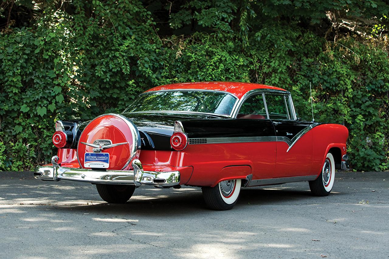 Картинка Ford 1956 Fairlane Victoria Hardtop Coupe (64C) Ретро Красный вид сзади автомобиль Форд Винтаж красных красные красная старинные авто Сзади машина машины Автомобили