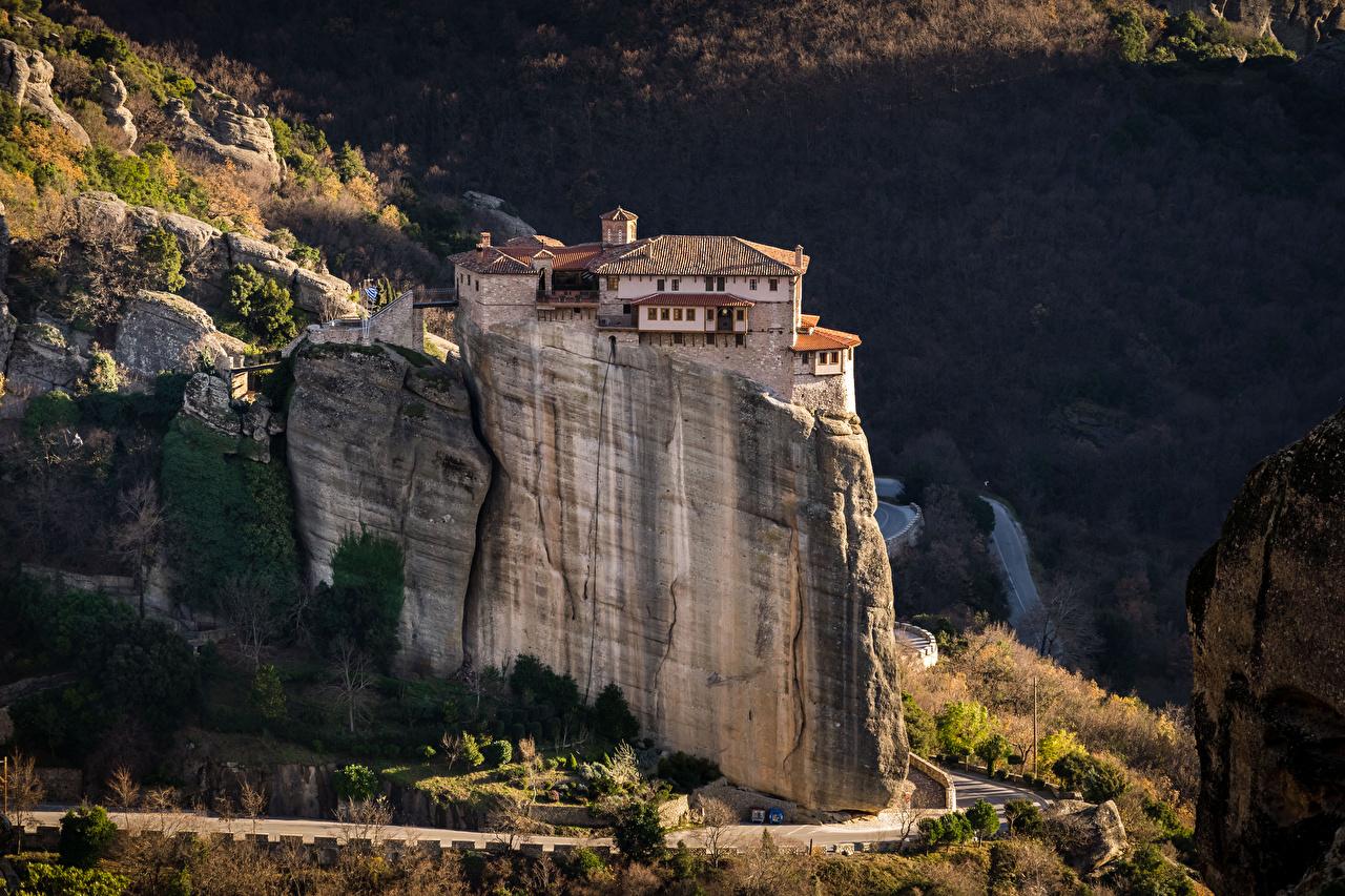 Обои для рабочего стола Монастырь Греция Monastery Rousanou, Meteora Утес город Здания Скала скале скалы Дома Города